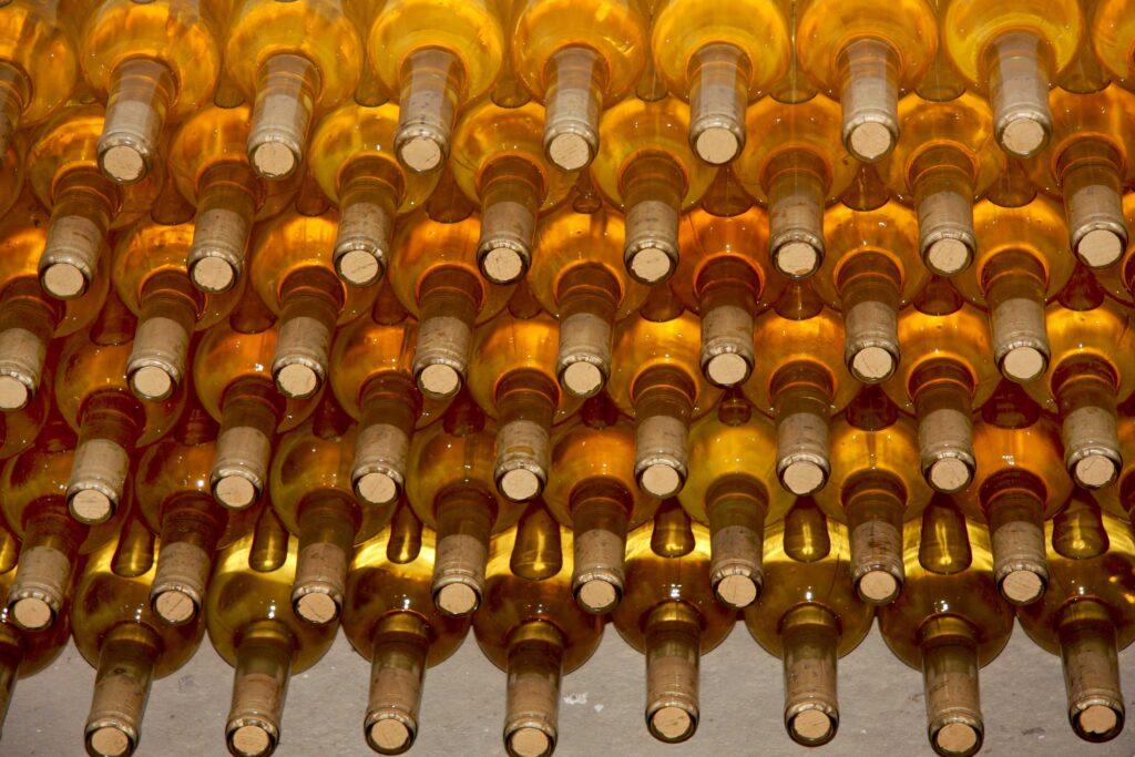 Imatge amb centenars d'ampolles del nostre vi Clarors.